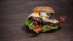 Food Photography, Burger mit Ei Camembert, Fleisch, Pilzen, Bacon