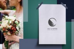 Bildkomposition aus farbigen Flächen, Transparenzen, Typography (Schriftart: Josefin Sans) und einem Hochzeitsfoto. Auf dem Foto ein sich küssendes Brautpaar und im Vordergrund ein Brautstrauß aus Rosen und Brombeeren.